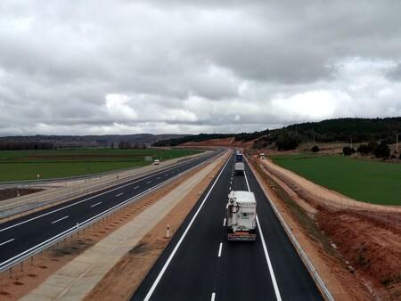 La DGT recuerda: en autopista usa el carril derecho por defecto, y el izquierdo para adelantar