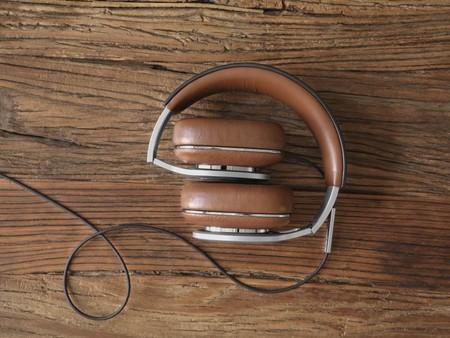 B W P9 detalle del plegado de los auriculares