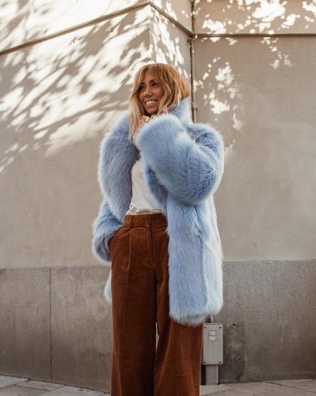 Da la bienvenida al 2018 enfundada con un abrigo de pelos (en azul cielo)