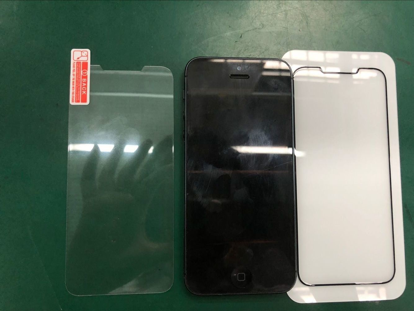 Comparison of the tempered glass protector with an iPhone SE.