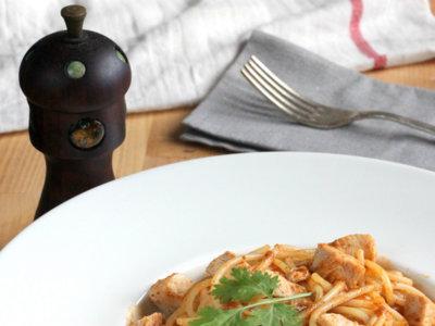 Espaguetis con salsa de pollo al mojo picón. Receta