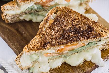 Sándwich de aguacate con queso Brie. Receta fácil