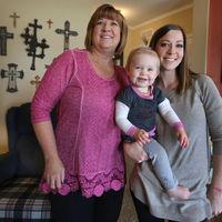 Una mujer que fue madre subrogada celebra el primer cumpleaños de la nieta que ella misma dio a luz