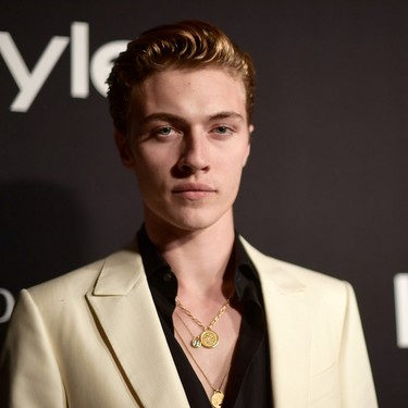 Lucky Blue Smith hace suyo el look a blanco y negro para los InStyle Awards