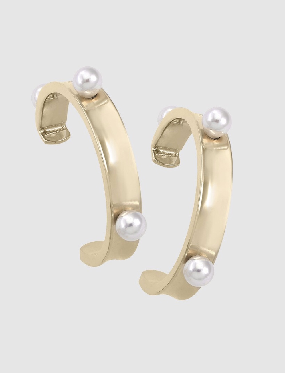 Pendientes aro con pincho en acero dorado con perlas redondas blancas de 4 mm.