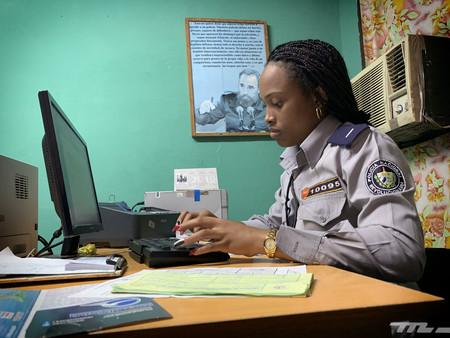 Policía haciendo atestado accidente en Cuba