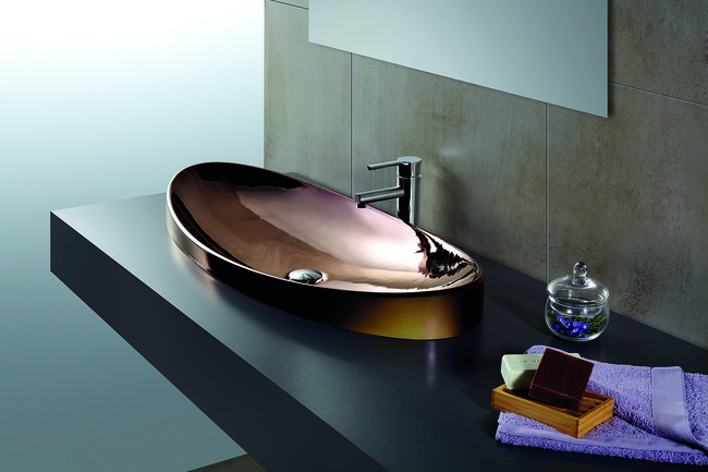 Los lavabos metalizados se llevan todo el protagonismo en el baño, ¿te atreves?