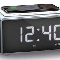 Este radio despertador con cargador QI añade compatibilidad con Alexa para poder usarlo con comandos verbales