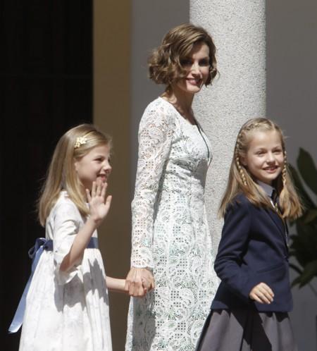 La Princesa Leonor hace la Primera Comunión con alegría y mamá Letizia va estupenda, claro