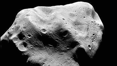 ¿Podría un asteroide impactar en la Luna y precipitarla hacia la Tierra?