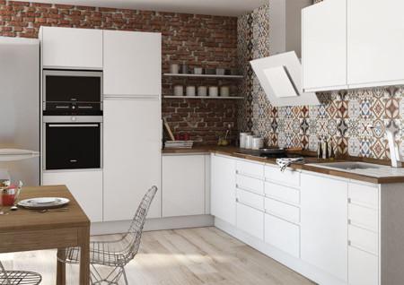 Una cocina luminosa y actual los muebles blancos son for Color de pared para muebles blancos