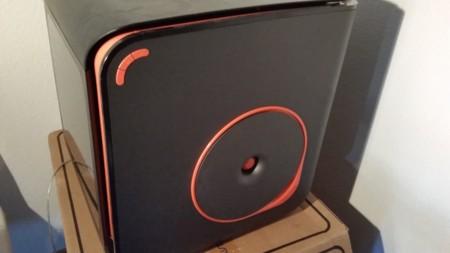Lado izquierdo de la impresora, donde podemos observar los botones de control y el espacio donde colocaremos el material