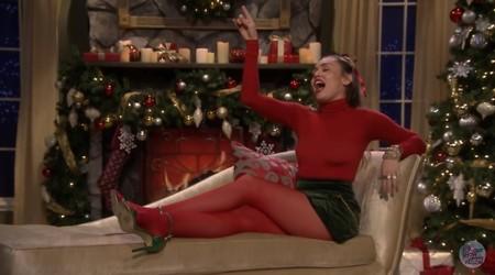Miley Cyrus cambia la letra de Santa Baby, lo convierte en el primer villancico feminista de la historia (y es buenísimo)