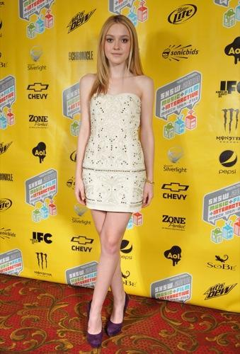 Nuevos looks de Kristen Stewart y Dakota Fanning en la promoción de The Runaways. Vestido