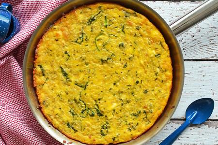 Frittata de pasta, arúgula y queso de cabra. Receta para la cena