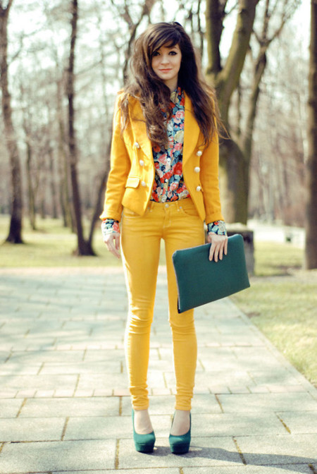 flores traje amarillo moda