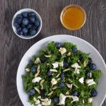 Ensalada de col kale masajeada con arándanos, feta, almendras y aliño de albaricoque. Receta ligera saludable