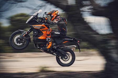 La KTM 1290 Super Adventure S se desmarca con un radar delantero, los mismos 160 CV y un precio de 19.199 euros