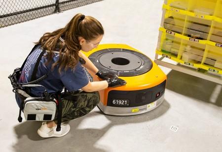 Amazon busca proteger a sus empleados de accidentes dotándoles de una prenda que les hace visibles ante los robots