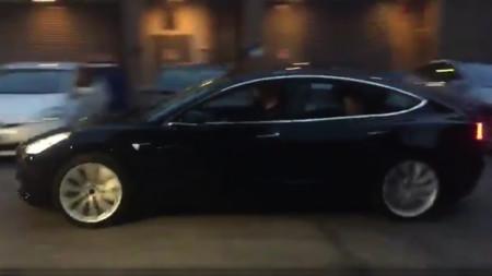 Elon Musk desvela el definitivo Tesla Model 3 tuiteando el vídeo de una unidad preserie