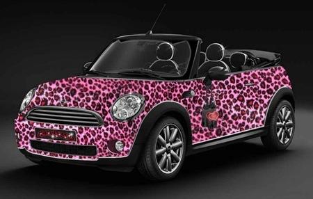 Mini Katy Perry, vestido de leopardo rosa por una buena causa