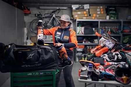 Mucha equipación y una medalla: Laia Sanz enseña parte de sus 150 kg de equipaje para el Dakar 2019