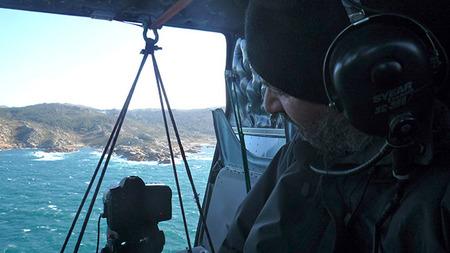 El fotógrafo Fofi monitorizando la cámara en el helicóptero