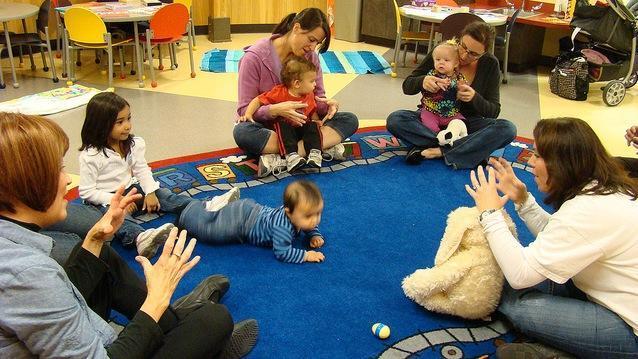 Bebés aprendiendo lengua de signos