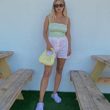 Aunque las Crocs tengan fama de calzado imposible, el street style nos demuestra que pueden ser (muy) estilosos