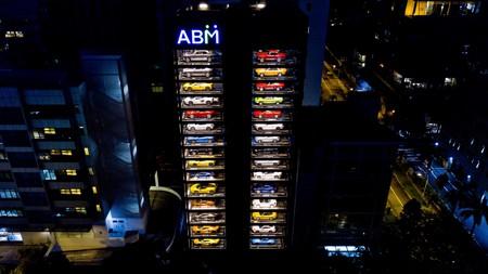 """Esta """"vending machine"""" es el lote de autos más exótico que te puedas imaginar y sí, es real"""