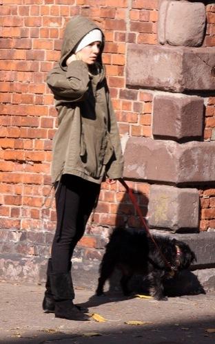 Sal a pasear al perro con estilo, copia a Sienna Miller VII