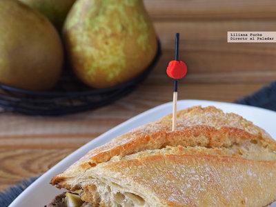Bocadillo de ternera con cebolla morada caramelizada, pera y provolone. Receta para la cena