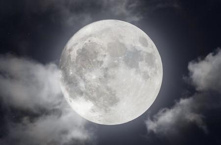 Para crear esta maravillosa imagen de 110 megapíxeles de la Luna llena se necesitaron más de 1,5 TB de datos de dos telescopios