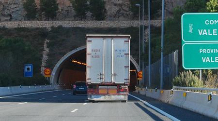Camion entrando en tunel