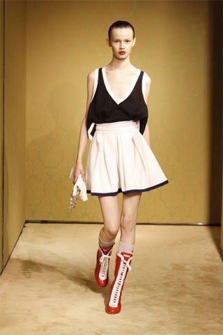 ¡Victoria Beckham sabe que existe el color para vestir en un evento! Miu MIu