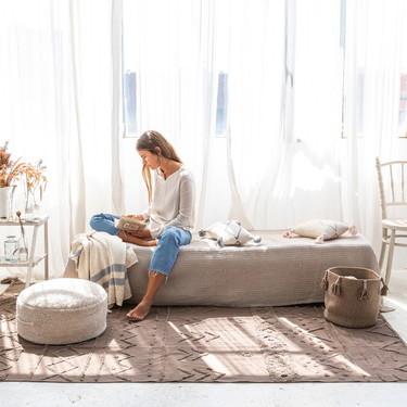Alfombras lavables y accesorios textiles hechos a mano. La nueva colección de Lorena Canals nos traslada al Mediterráneo