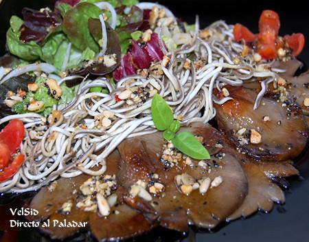 Ensalada con setas, anguriñas y vinagreta de frutos secos