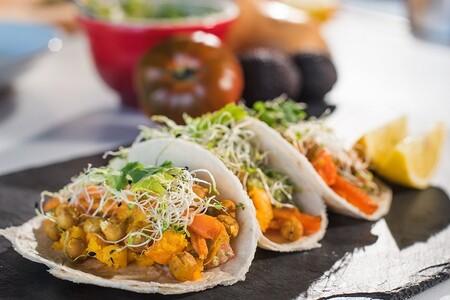 Tacos de calabaza horneada con frijoles y salsa macha. Receta mexicana para el otoño