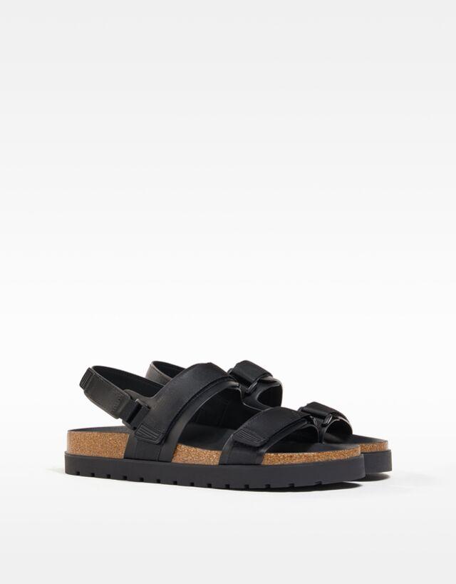 Sandalias negras con tiras de velcro y suela de corcho