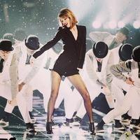 Taylor Swift ya cuenta los ceros de sus piernas millonarias, ¡resbalones a mí!