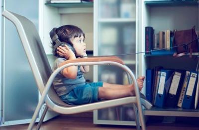 Escuchar música muy alta podría perjudicar el aprendizaje infantil