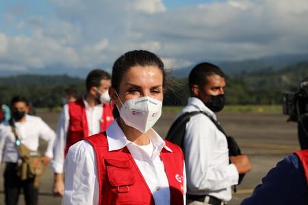 Doña Letizia inicia su viaje oficial a Honduras con camisa blanca de Massimo Dutti y unas botas míticas
