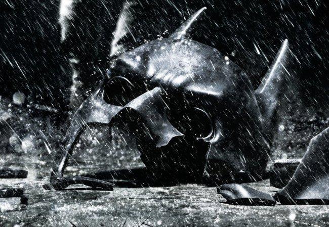 Imagen con un cartel de la película 'El Caballero Oscuro: La Leyenda Renace'