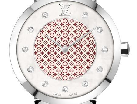 Celebra San Valentín con Louis Vuitton y su Tambour Monogram color Pomme d'Amour