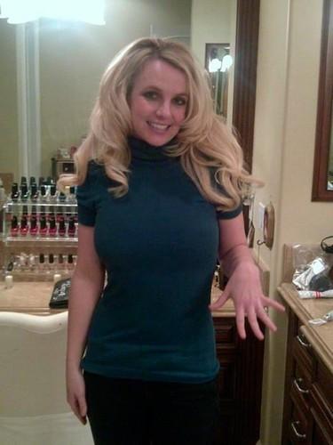 Britney Spears, a ver si te quedas ciega de tanto mirar el anillo