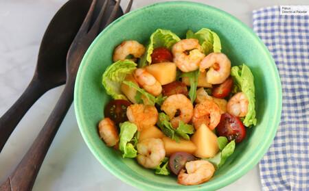 Ensalada de melón, gambas y rúcula con vinagreta de curry, nuestra refrescante receta veraniega para combatir el calor