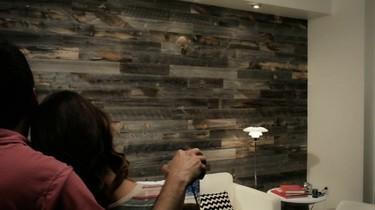 Stikwood, paredes de impacto con madera recuperada sin tener que clavar ni atornillar
