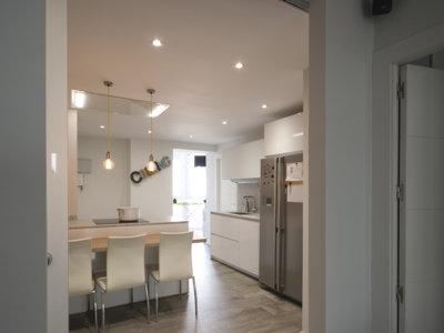 Puertas abiertas: la península como solución en una cocina abierta en zona de paso