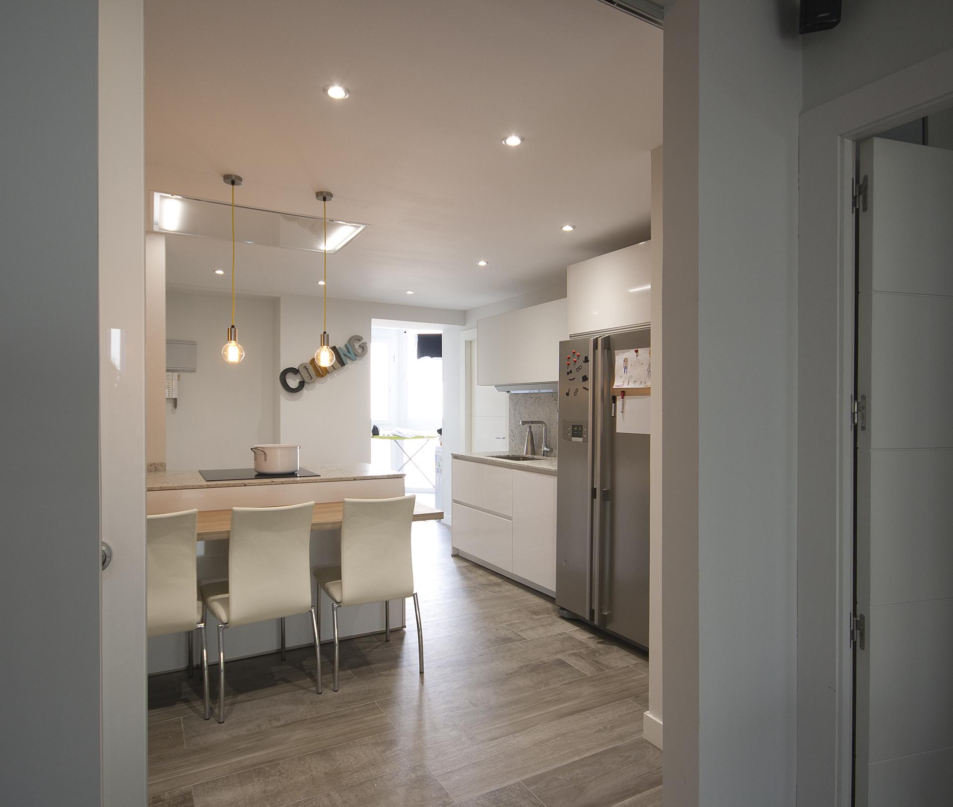 Puertas abiertas la pen nsula como soluci n en una cocina for Puertas correderas pequenas