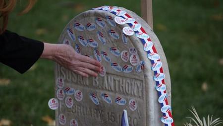 Trajes blancos y pegatinas en una tumba: así homenajean las votantes de Hillary a las sufragistas